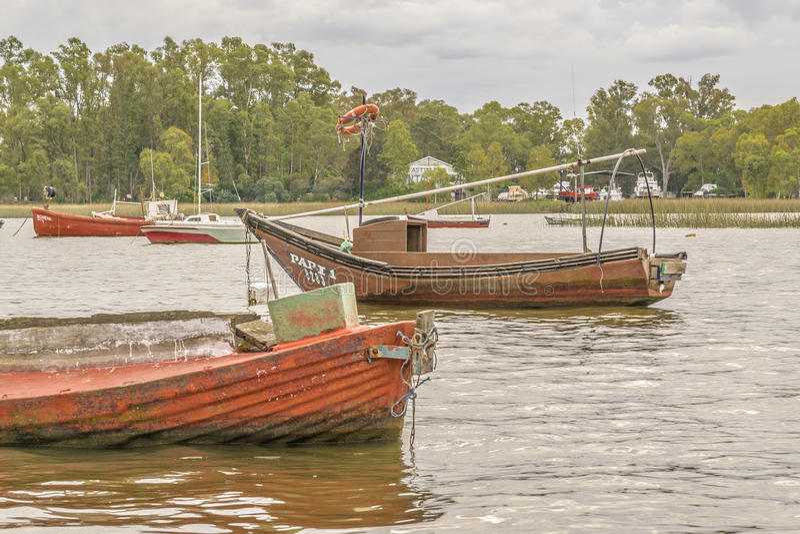 Fiske och segelbåtar på Santa Lucia River i Montevideo fotografering för bildbyråer