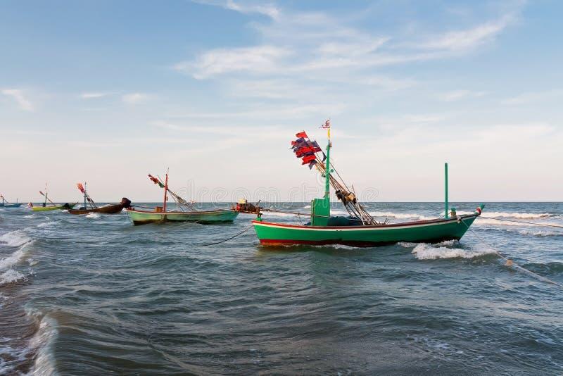 Fiskebåten parkerar på stranden fotografering för bildbyråer