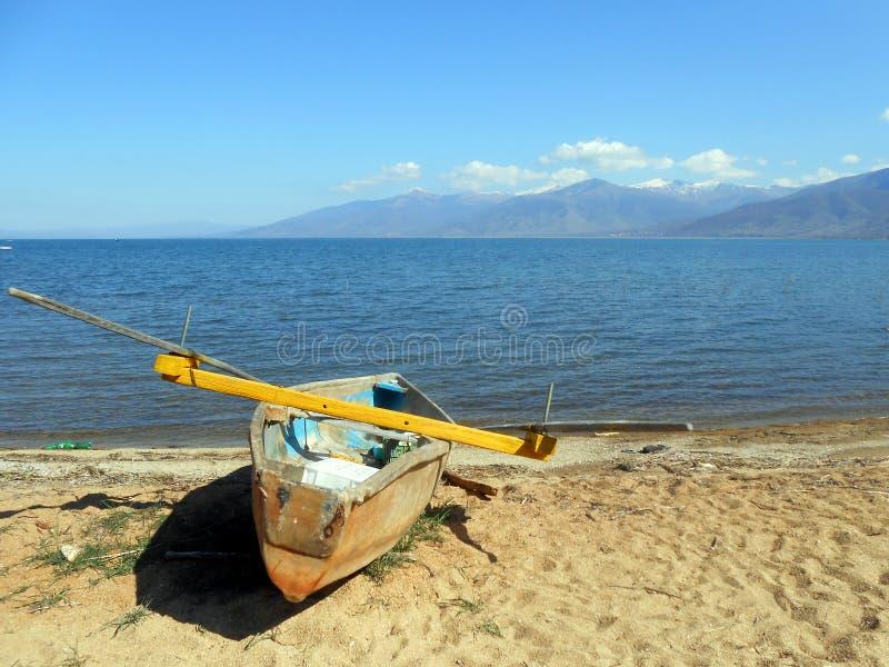 Fiskebåt i en plaz royaltyfri fotografi