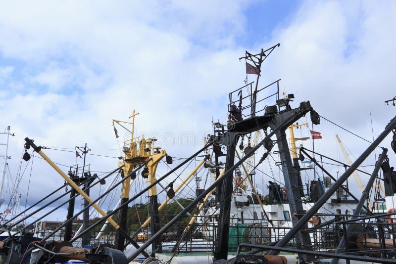 Fiskebåt i hamnen som anslutas på kajen royaltyfria foton