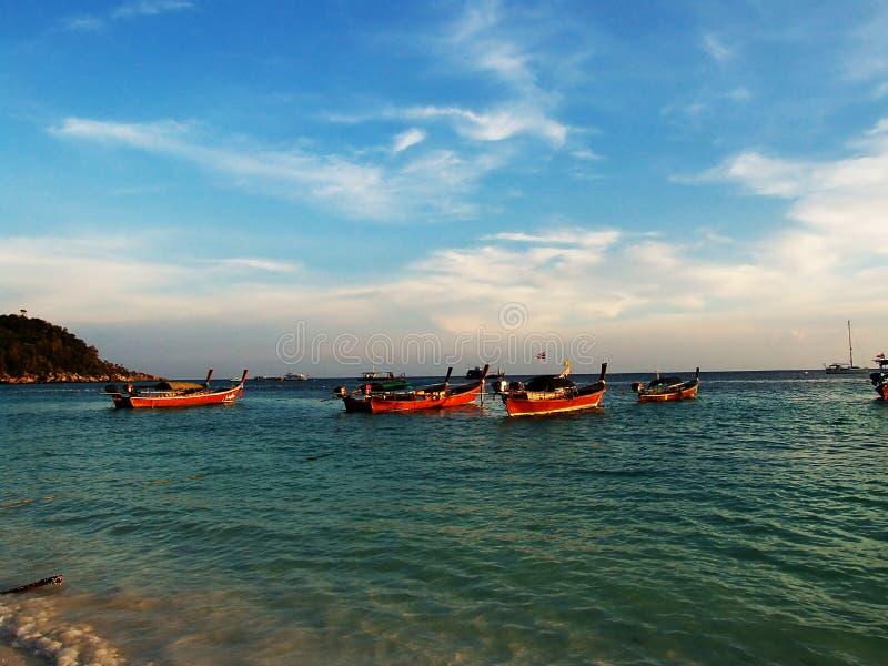 Fiskebåt i havet på en ljus himmel royaltyfri fotografi
