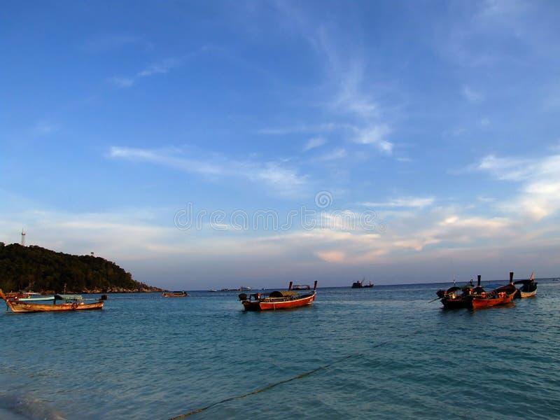 Fiskebåt i havet på en ljus himmel arkivbild