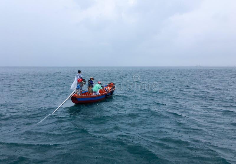 Fiskebåt i havet under en storm royaltyfri fotografi
