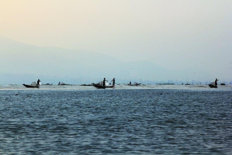Fiskebåt i Inle sjön royaltyfri bild