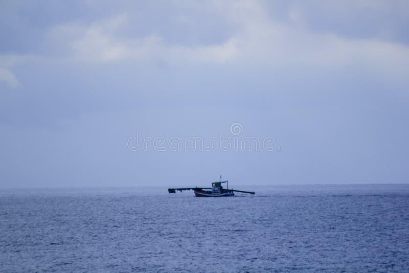 Fiskebåt i mitt av havet royaltyfri bild