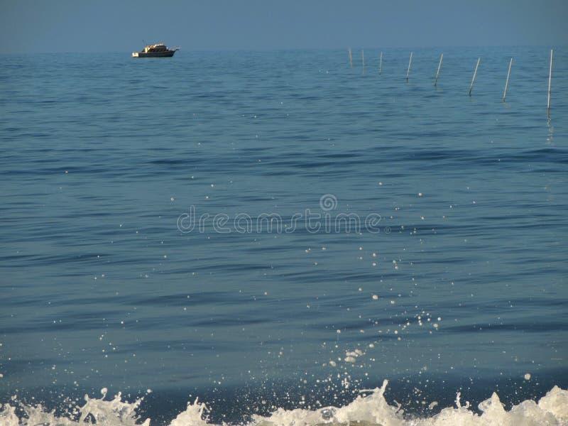 Fiskebåt i morgonljuset arkivfoton