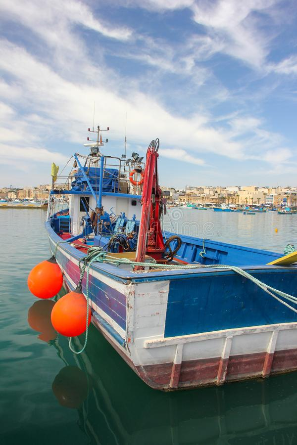 Fiskebåt i port i fiskeläget Marsaxlokk arkivfoton