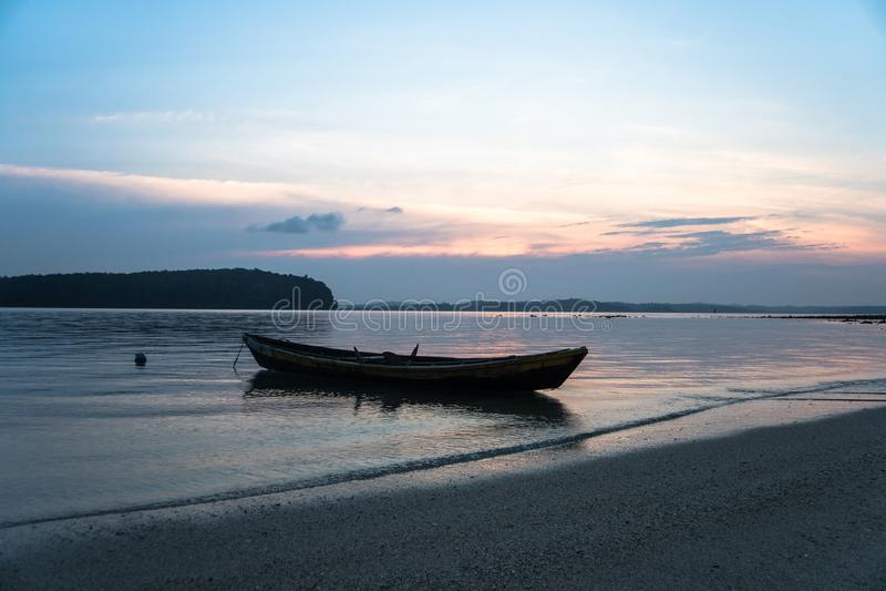 Fiskebåt i Songkhla sjön på solnedgången arkivbilder