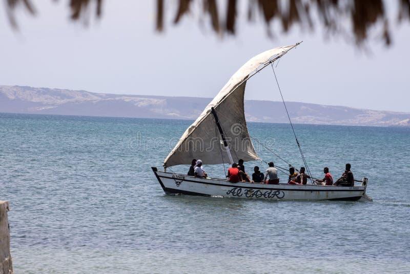 fiskebåt med en segla, Amoronia orange kust, Madagascar, royaltyfri foto