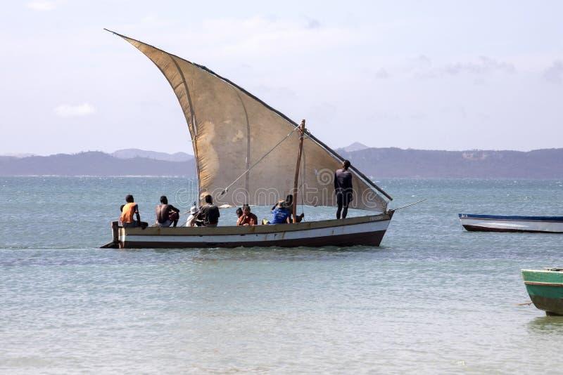 fiskebåt med en segla, Amoronia orange kust, Madagascar, royaltyfria bilder