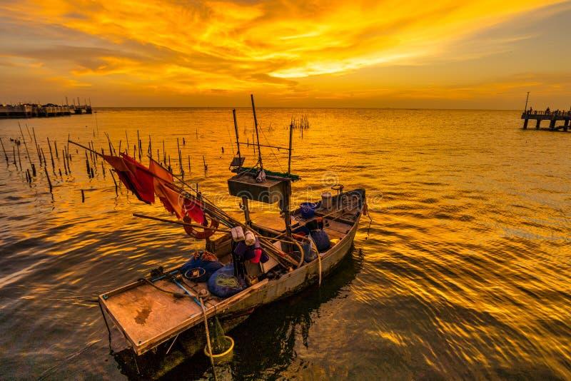 Fiskebåt med solnedgång på Laem Tan Bangsan Beach, Sriracha, Chonburi, Thailand royaltyfria foton