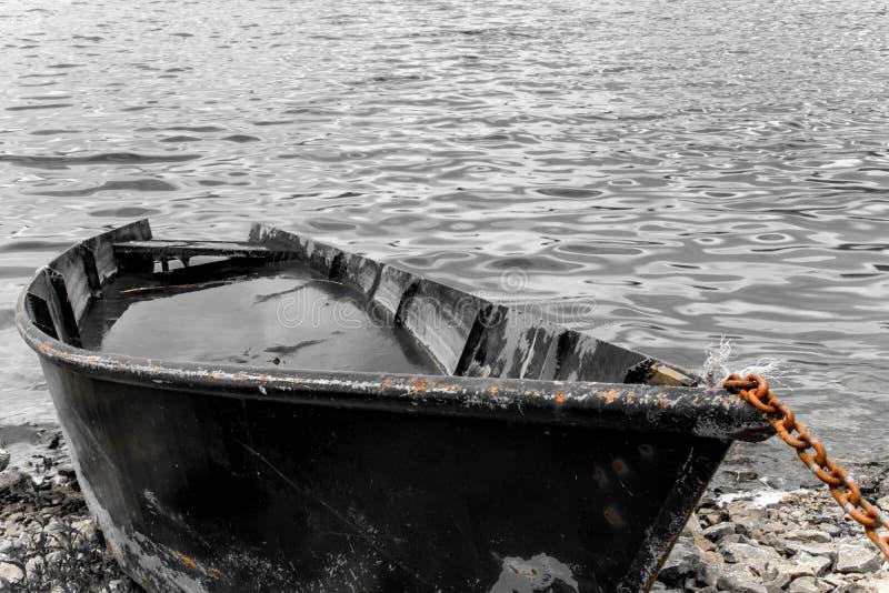 Fiskebåt mycket av vatten på kusten fotografering för bildbyråer