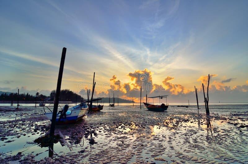 Fiskebåt när solnedgång arkivbild