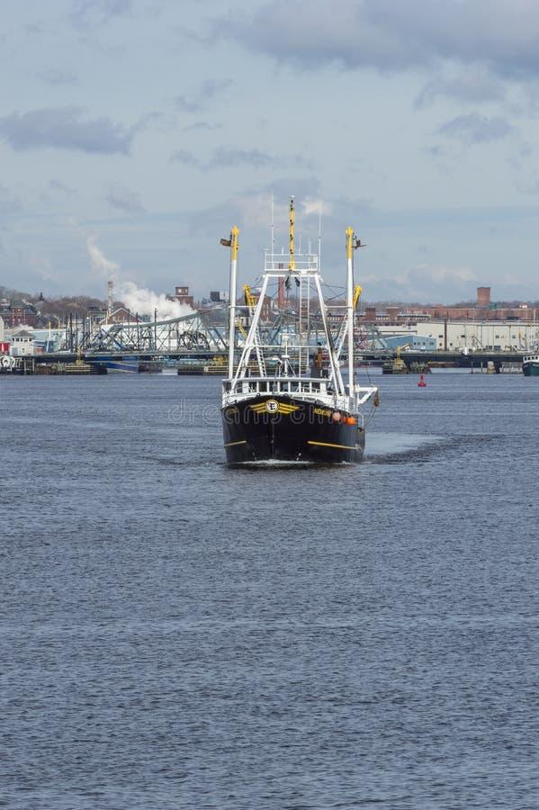Fiskebåt Neskone med den nya Bedford-Fairhaven bron i backgr royaltyfria bilder