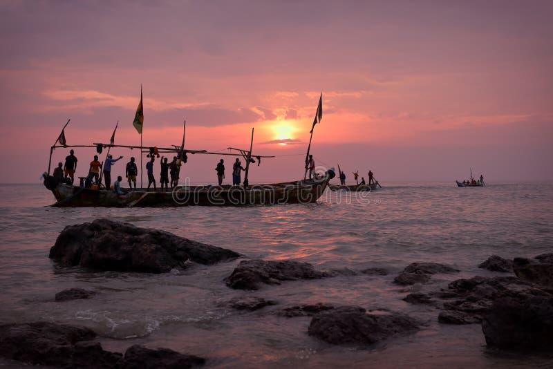 Fiskebåt och fiskare i Senya Beraku, Ghana royaltyfri fotografi
