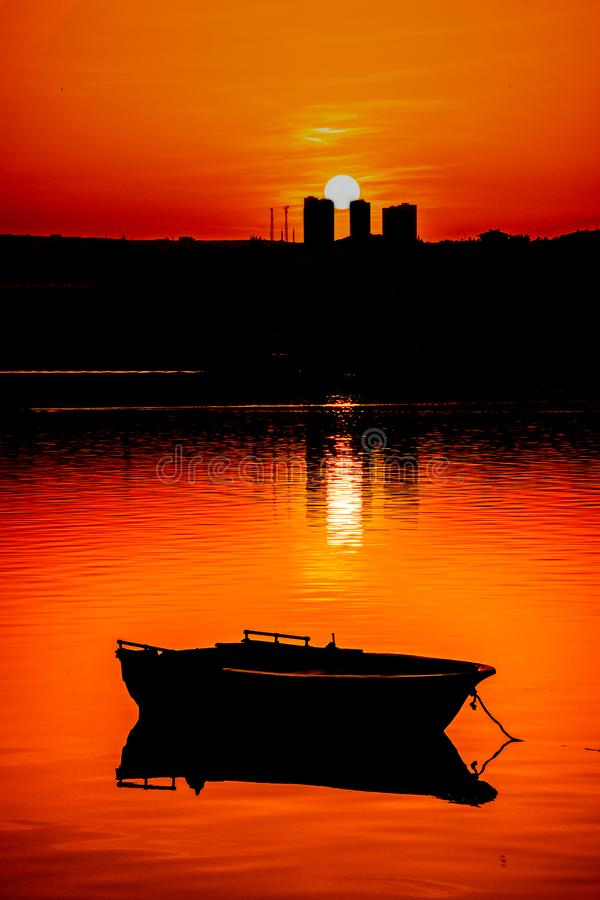 Fiskebåt och solnedgång i ankara royaltyfri foto