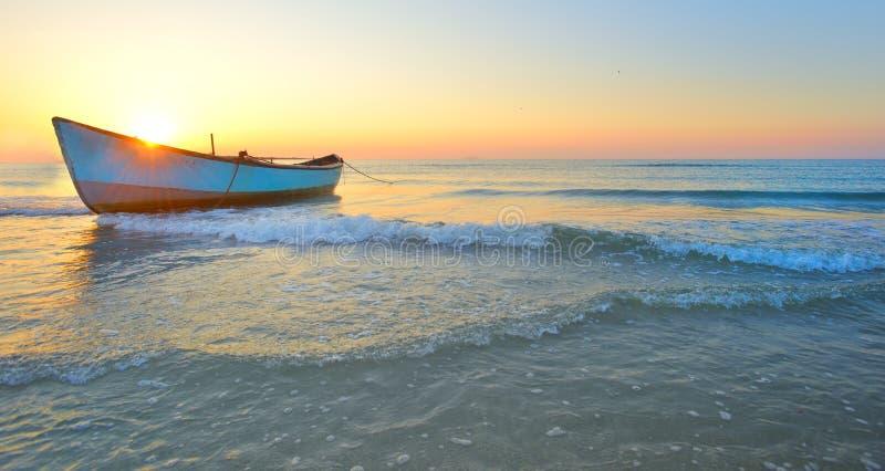 Fiskebåt och soluppgång på Black Sea Rumänien royaltyfri foto