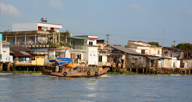 Fiskebåt och svävahus Mekong delta som svävar marknaden Cai Be vietnam royaltyfri bild