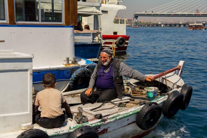 Fiskebåt på Bosporusen som omges av seagulls i Turkiet royaltyfria foton