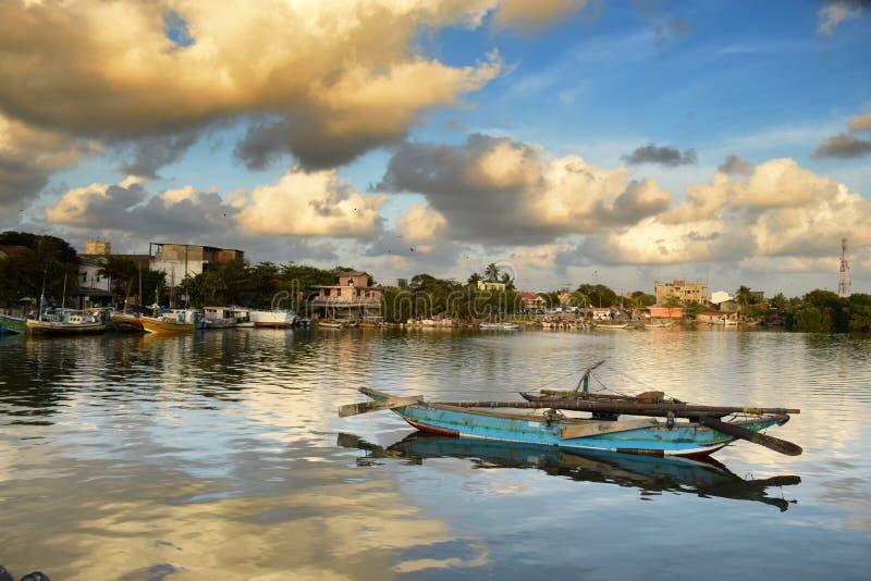 Fiskebåt på den Negombo lagun royaltyfria bilder