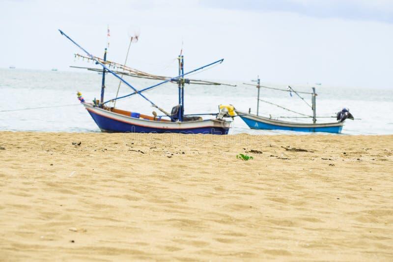 Fiskebåt på det härliga strandsjösidalandskapet Thailand Idé för feriesommarbegrepp royaltyfri bild