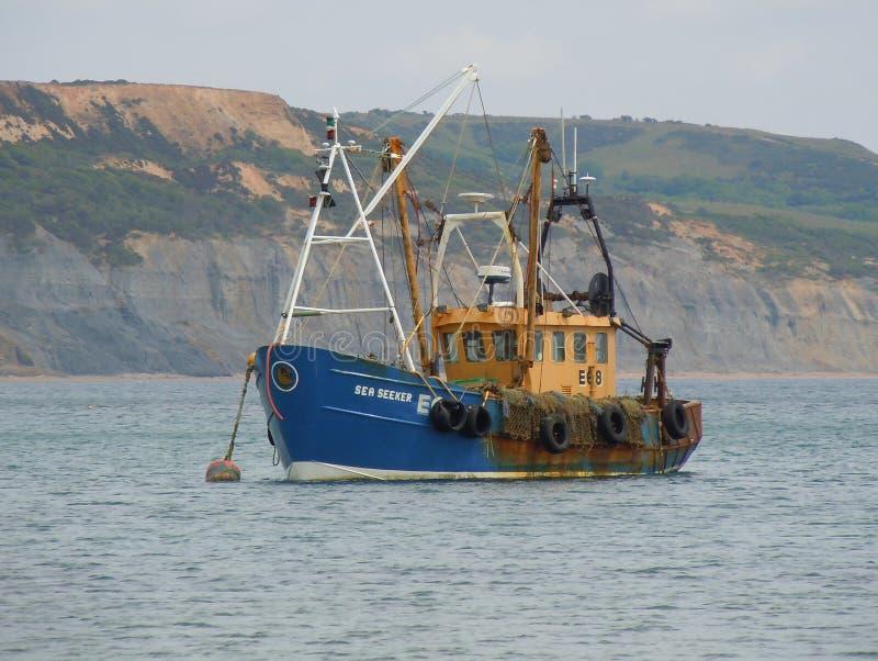 Fiskebåt på frånlands- förtöja arkivbild