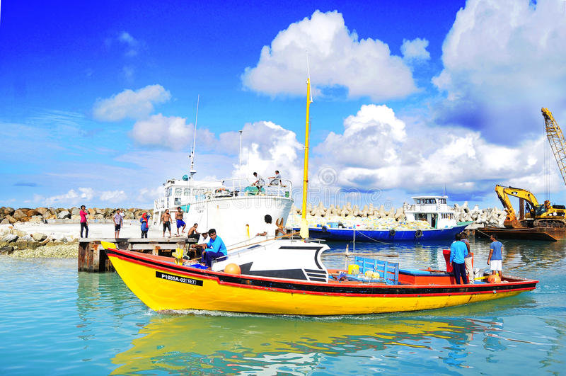 Fiskebåt på Fuvahmulah Maldiverna fotografering för bildbyråer