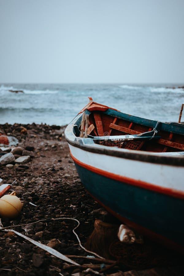 Fiskebåt på kust under stormiga Atlantic Ocean Sinagoga läge på Santo Antao Island Kap Verde arkivbilder