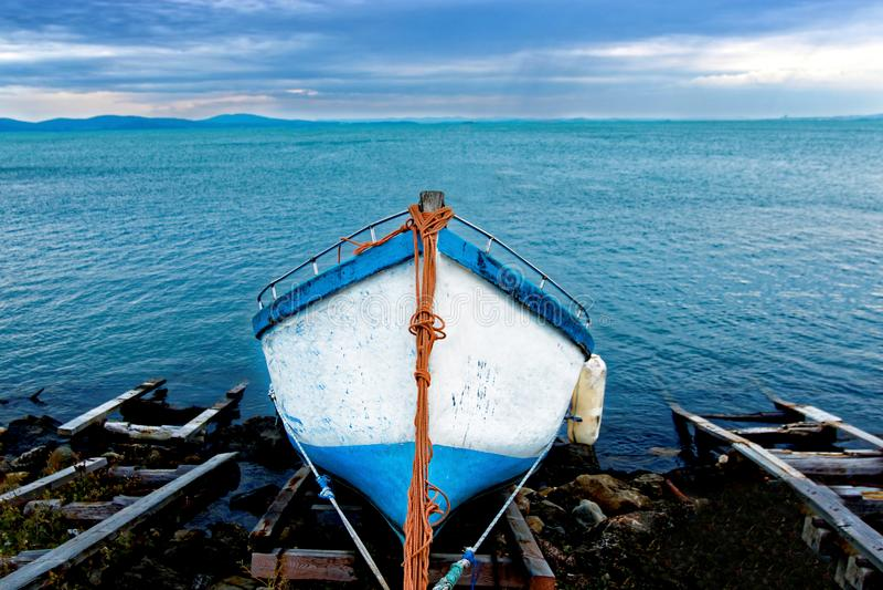 Fiskebåt på kusten arkivfoto