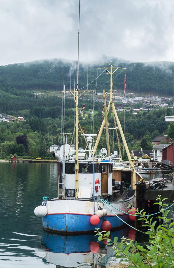 Fiskebåt på kusten av Sognefjord, Norge arkivbild