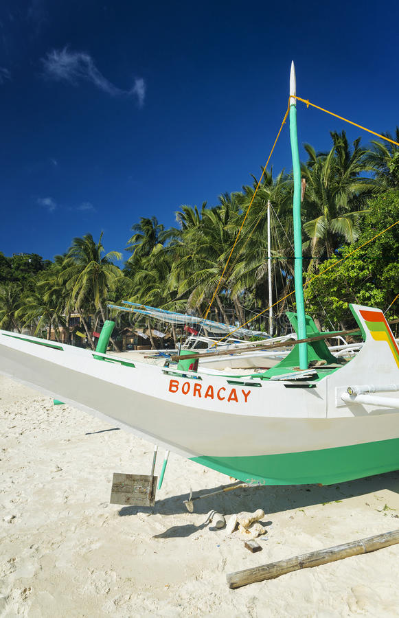 Fiskebåt på pukastranden i det tropiska paradiset boracay philippines royaltyfri fotografi