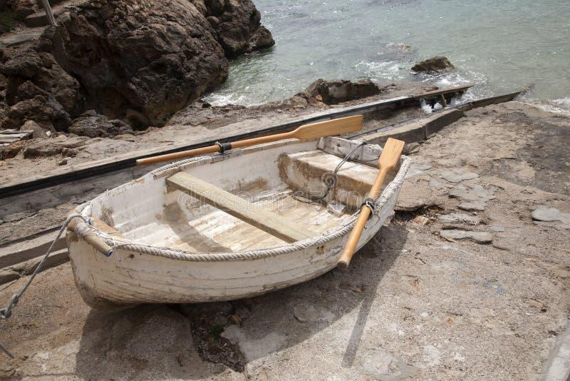 Fiskebåt på San Vicente Beach, Ibiza royaltyfri foto