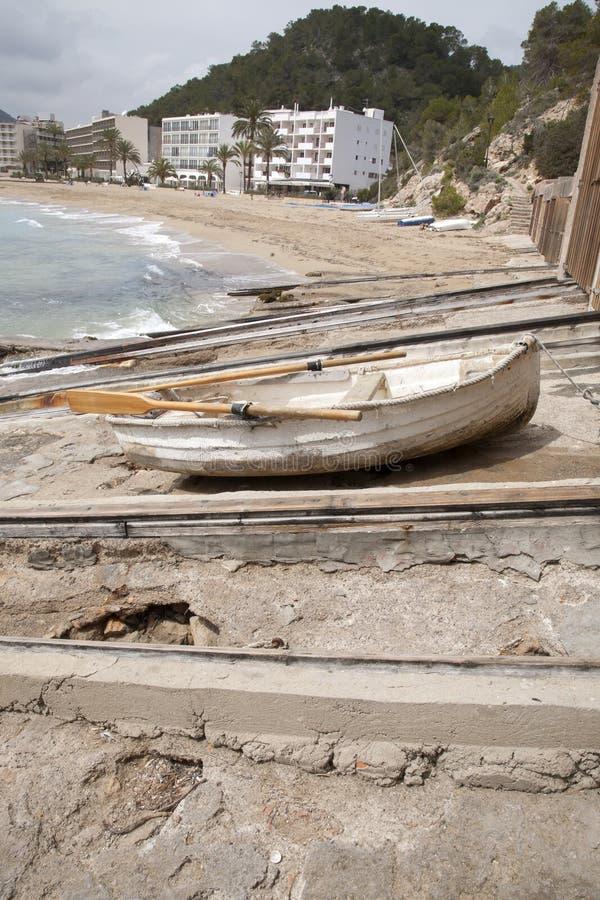 Fiskebåt på San Vicente Beach, Ibiza royaltyfri fotografi