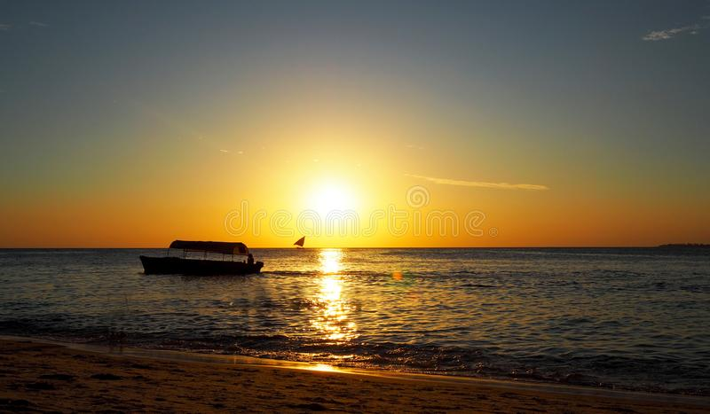 Fiskebåt på solnedgången i den gamla staden Zanzibar Tanzania royaltyfri bild