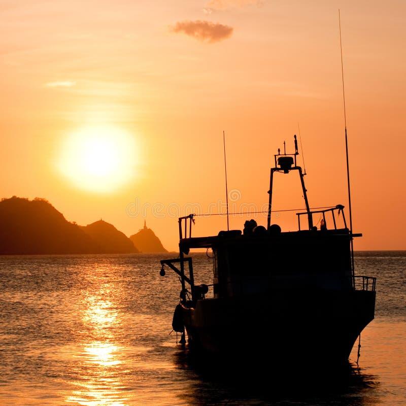 Fiskebåt på solnedgången i Taganga, Colombia arkivfoton