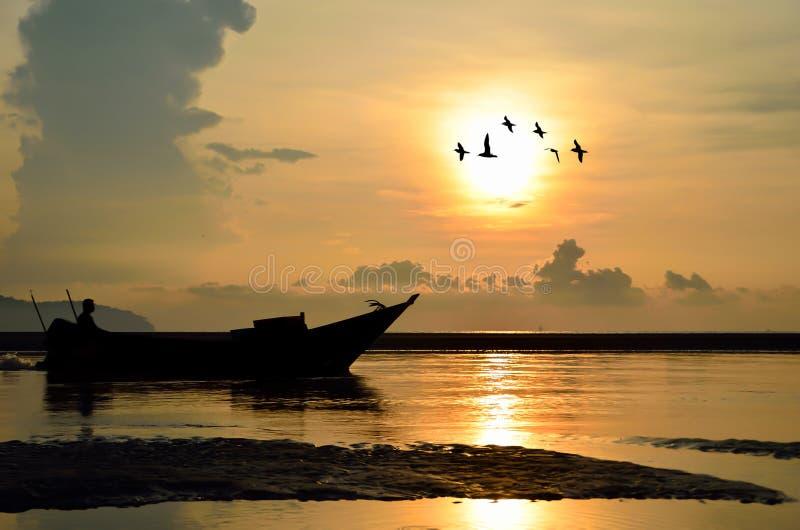 Fiskebåt på soluppgång arkivfoto