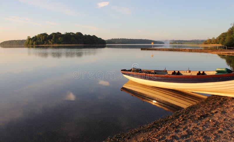 Fiskebåt på soluppgång, nyckel- sjö för lough, Irland arkivbilder