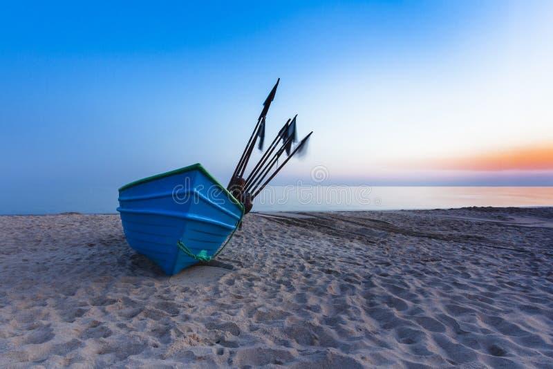 Fiskebåt på soluppgången arkivfoton