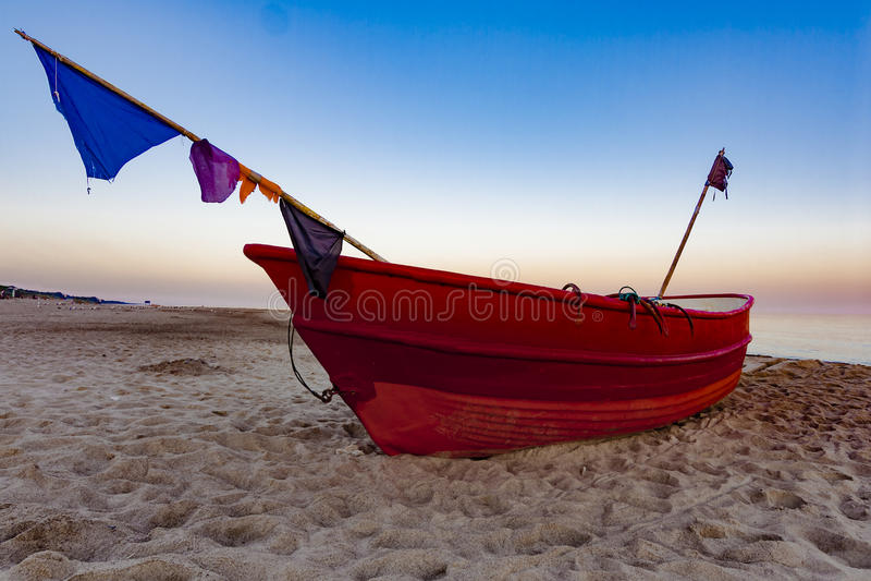 Fiskebåt på soluppgången royaltyfri fotografi