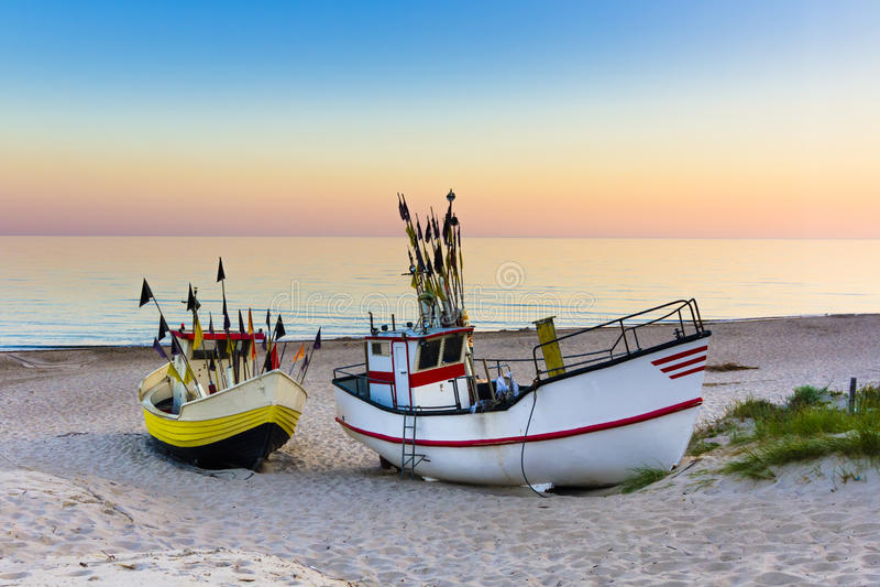 Fiskebåt på soluppgången royaltyfria bilder