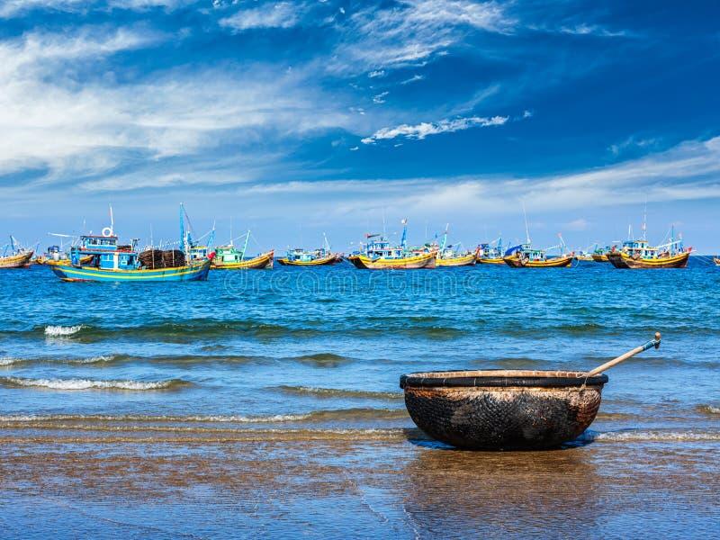 Fiskebåt på strand muine vietnam arkivbilder