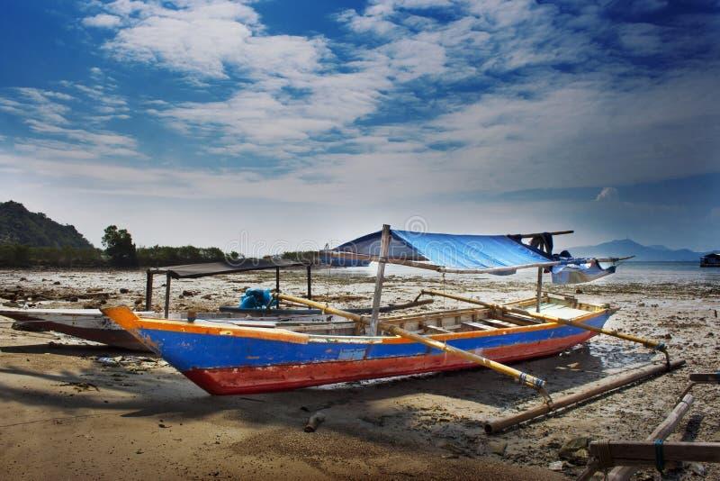 Fiskebåt på stranden på lågvatten arkivbild