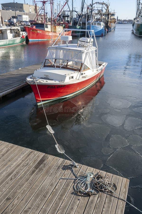 Fiskebåt Pal Dao som svävar i framkallande is arkivfoto