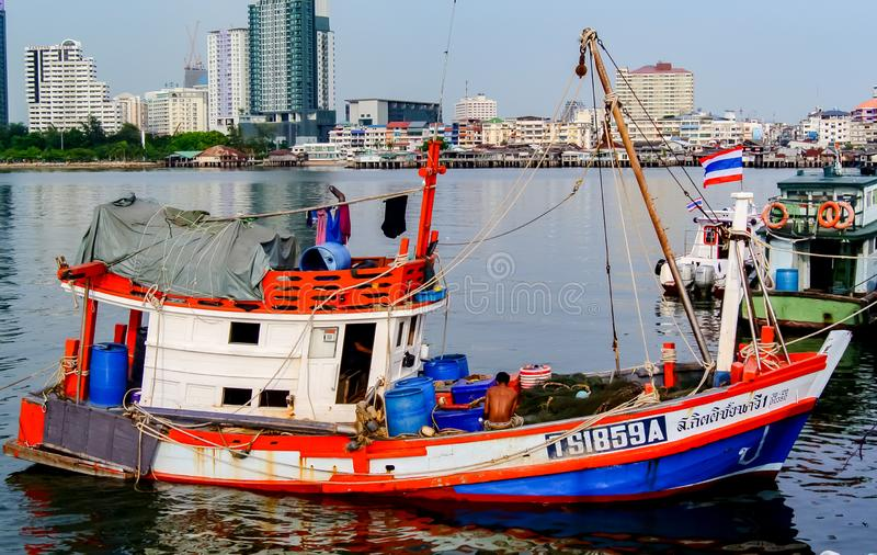 Fiskebåt som förtöjas på skeppsdockan arkivfoton