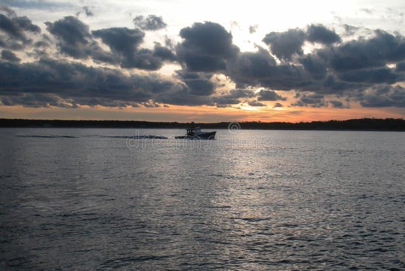 Fiskebåt som kommer in från dagen royaltyfri foto