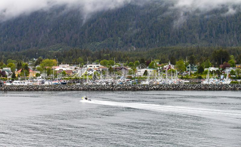 Fiskebåt som kommer in i Sitka, Alaska royaltyfria bilder
