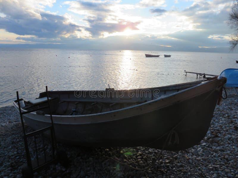 Fiskebåt som parkeras på den steniga stranden royaltyfri fotografi