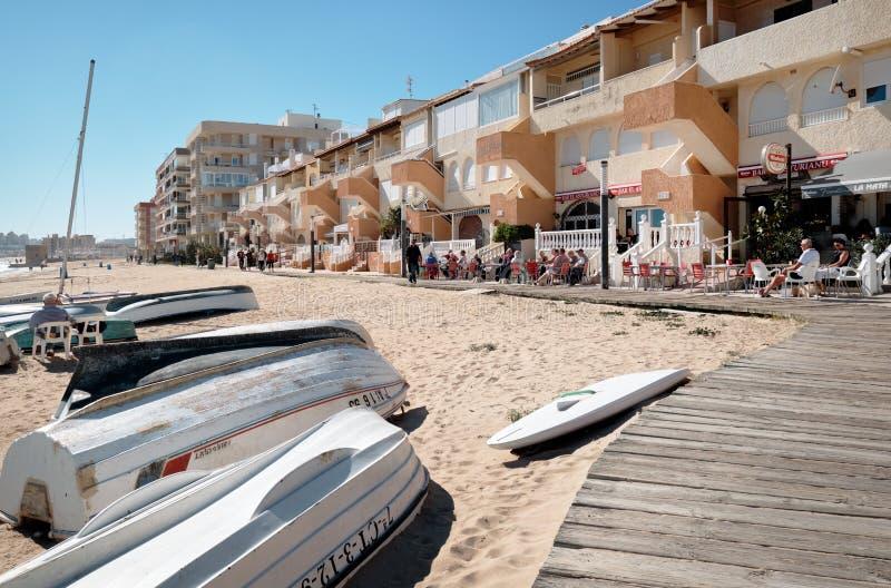 Fiskebåtar i den LaMata stranden, Spanien arkivbild