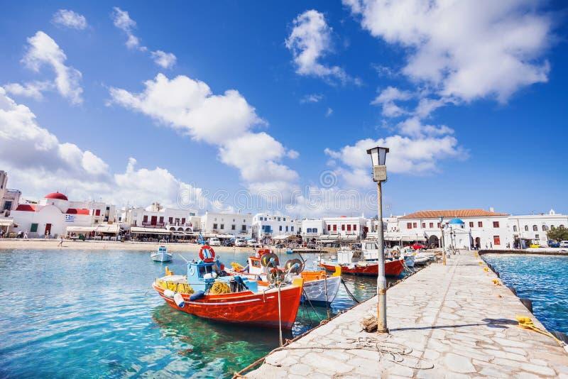 Fiskebåtar i den Mykonos staden, berömd touristic destination, Grekland arkivfoton