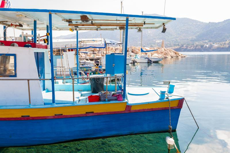 Fiskebåtar i den Pomos hamnen och kristallklart vatten arkivfoton